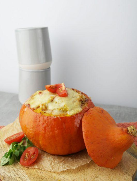 Überbackener gefüllter Hokkaido-Kürbis mit leicht scharfer Quinoa-Füllung