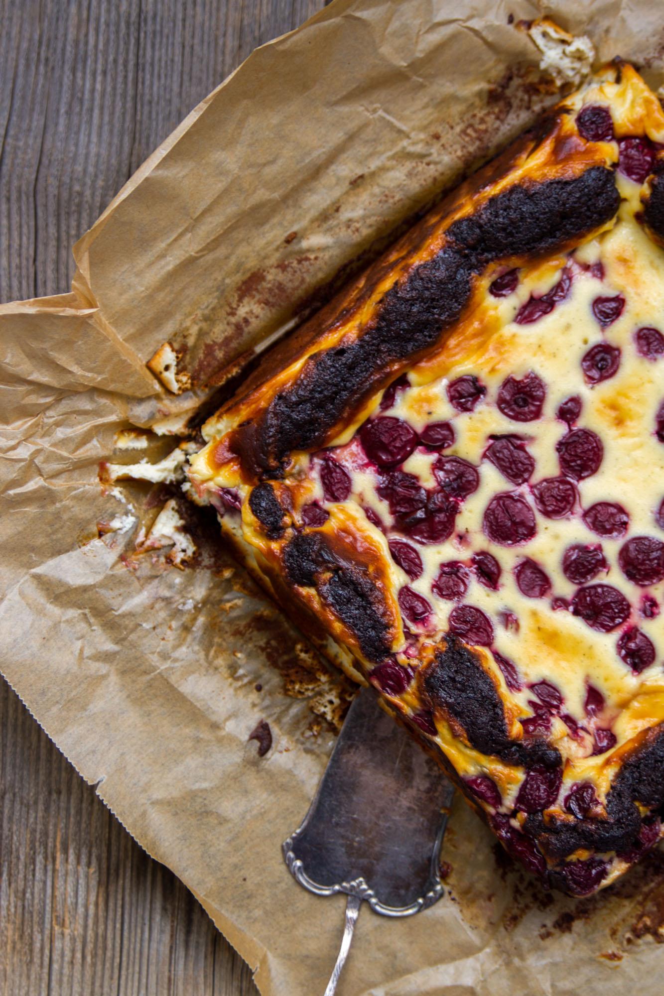 Schokoladen_Brownies_mit_Cheesecake_und_Krischen-12
