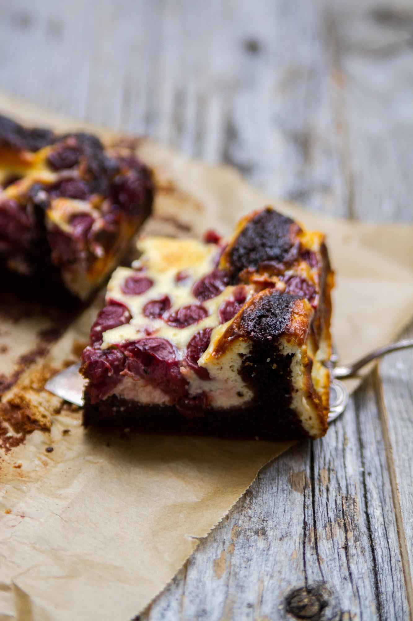 Schokoladen_Brownies_mit_Cheesecake_und_Krischen-13