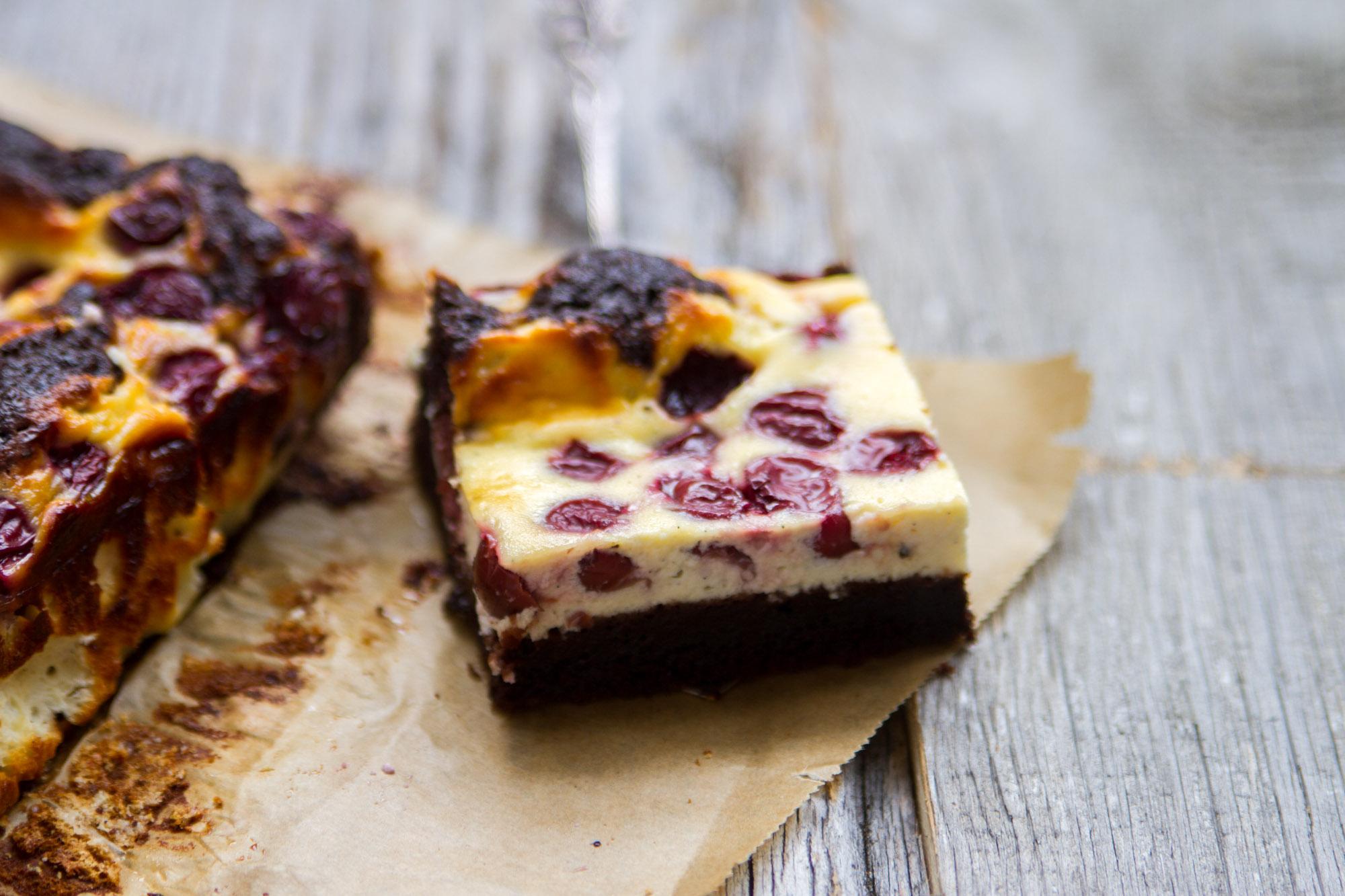 Schokoladen_Brownies_mit_Cheesecake_und_Krischen-14
