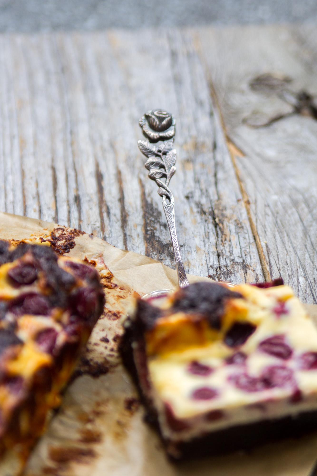 Schokoladen_Brownies_mit_Cheesecake_und_Krischen-15