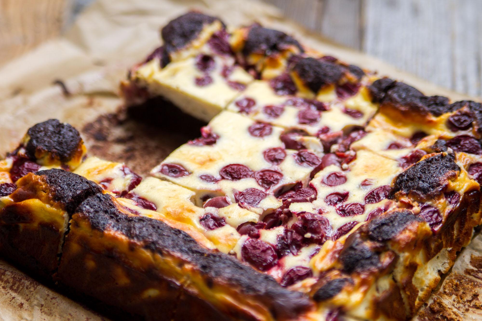 Schokoladen_Brownies_mit_Cheesecake_und_Krischen-17