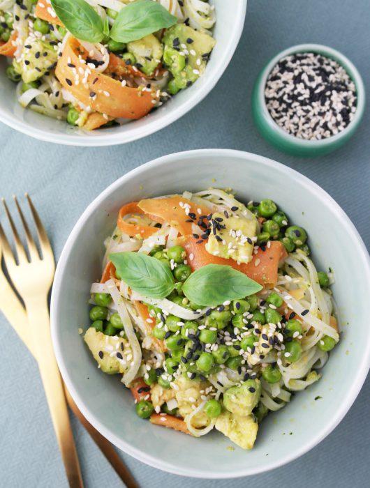 Reisnudelsalat mit Sesam-Basilikum-Pesto, Möhren, Erbsen und Avocado