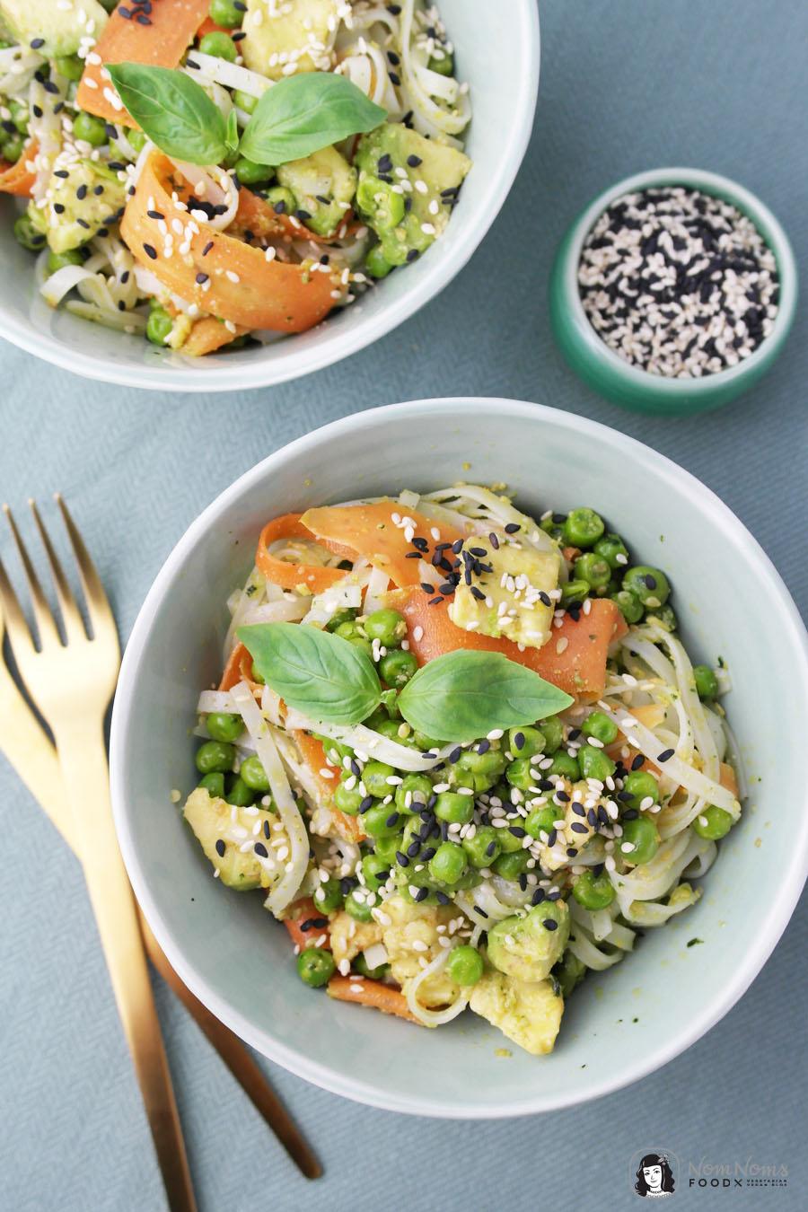 Reisnudelsalat mit Sesam-Basilikum-Pesto, Möhren, Erbsen und Avocado ❤