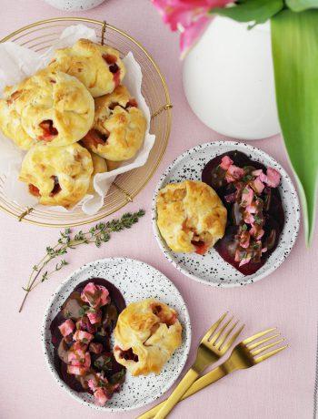 Blätterteig-Taschen mit Ziegenkäse, Rote Bete und Apfel dazu Rote Bete Salat