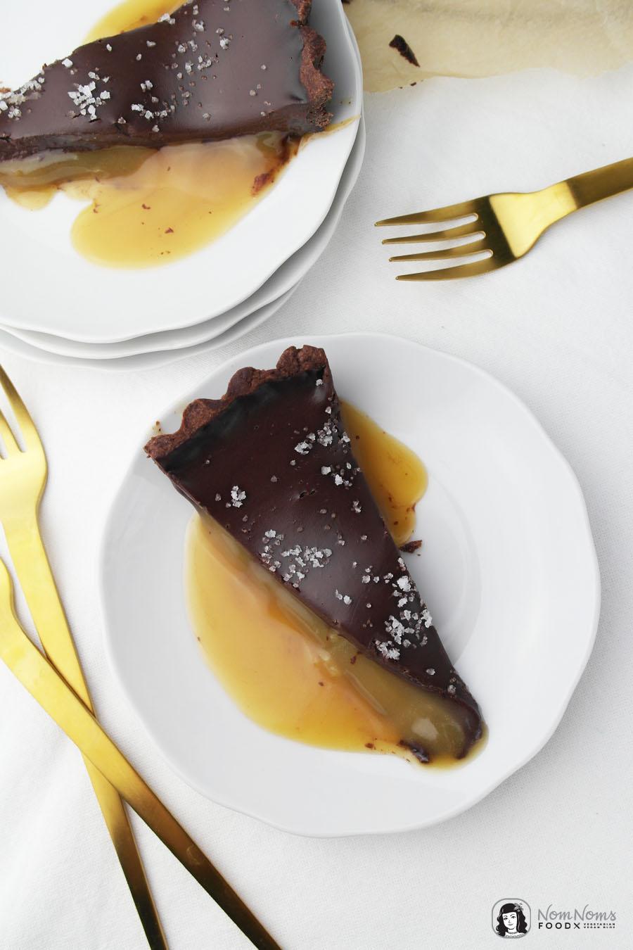Schokoladen-Tarte mit Salzkaramellkern | Backbuch Tipp: Glücksmomente backen von Das Knusperstübchen