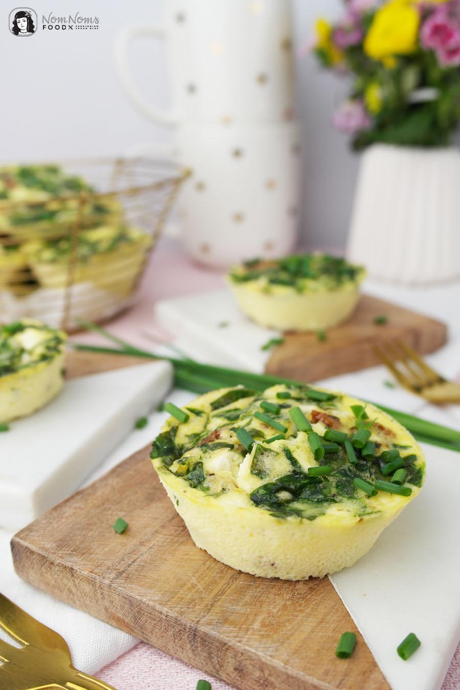 Mini-Omelette-Muffins mit Spinat, Feta und getrockneten Tomaten
