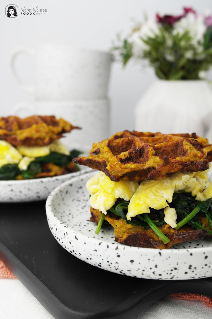 Kleine herzhafte Süßkartoffel-Waffeln mit Spinat und Ei