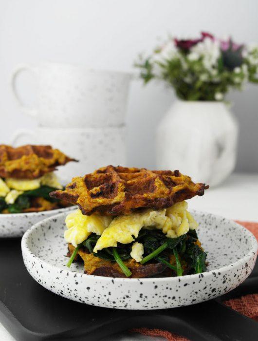 Kleine Süßkartoffel-Waffeln mit Spinat und Ei