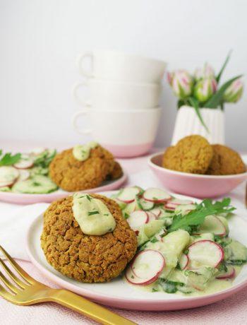 Gurken-Radieschen-Salat in Wasabi-Joghurt-Dressing und im Ofen gebackene Falafel | Mein eigener Dip: Wasabi & Zitrone von Born
