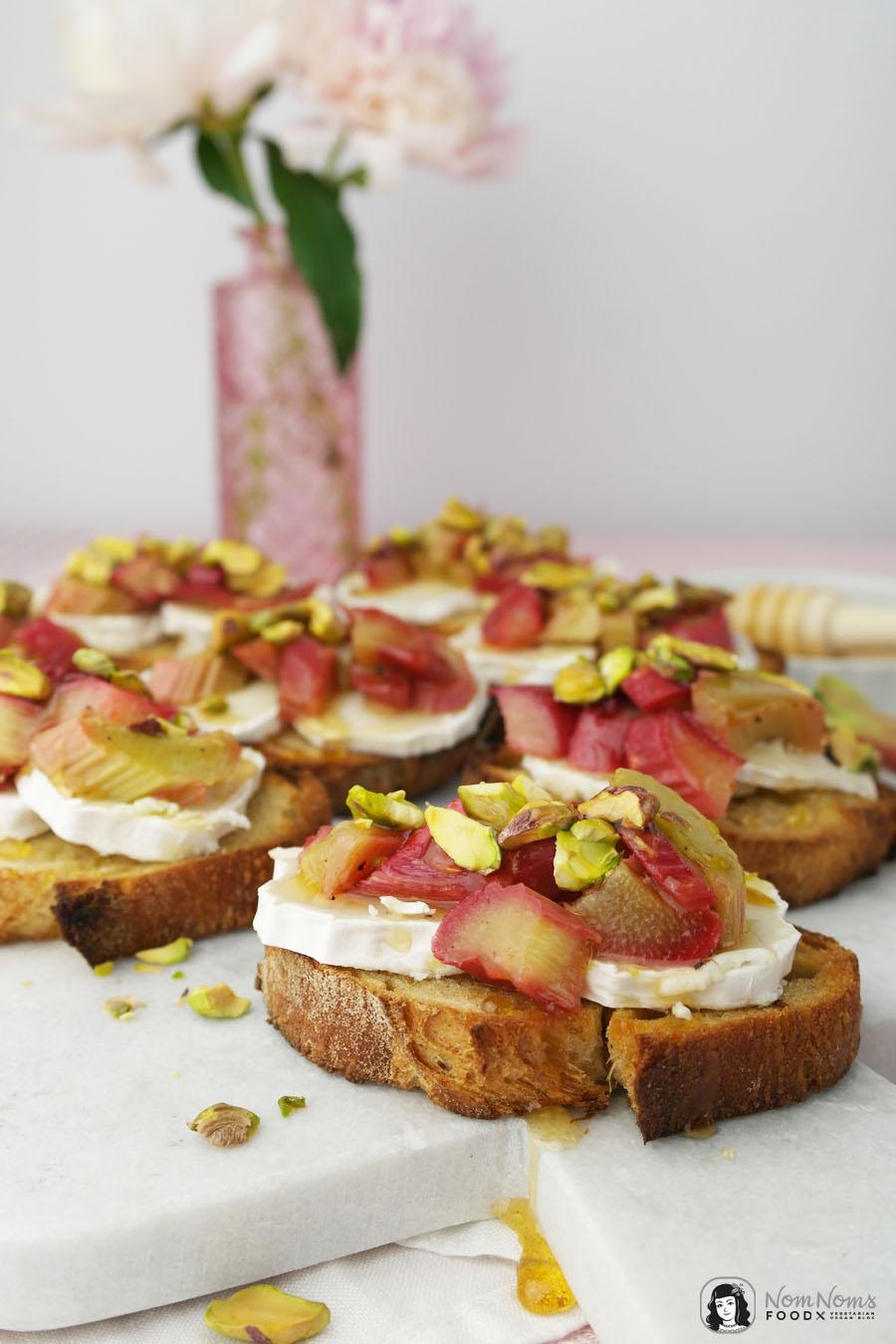 Crostini mit Ofen-Rhabarber, Ziegenkäse, Pistazien und Honig | vegetarisch | Baguette