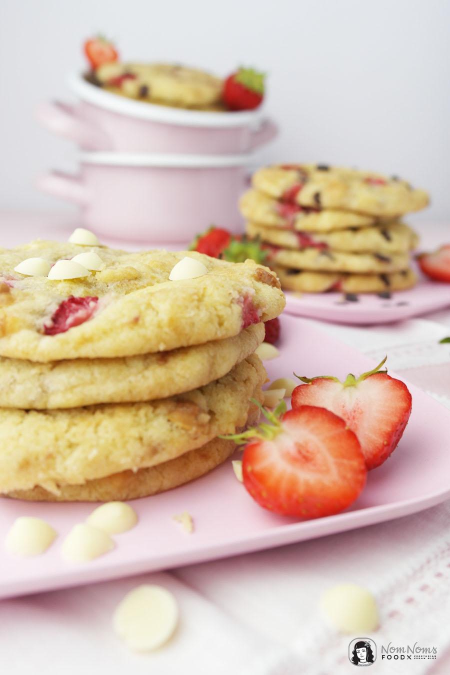 Erdbeer-Schokoladen-Cookies mit dunkler und weißer Schokolade