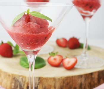 Sekt mit veganem Erdbeer-Basilikum-Sorbet