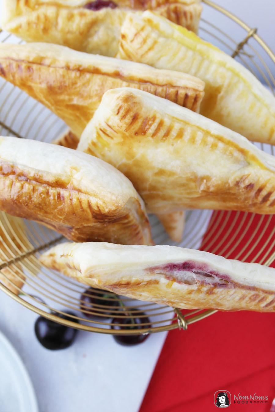 Süße Blätterteigtaschen mit Kirsch-Käsekuchen-Füllung
