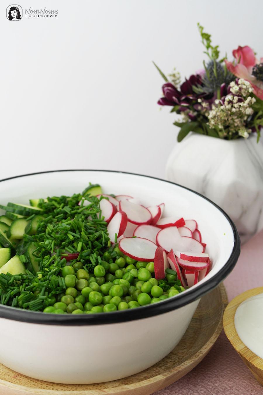 Radieschen-Gurken-Erbsen-Salat mit cremig-frischem Sour-Cream-Dressing