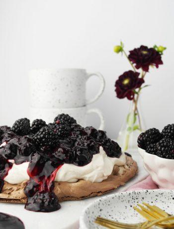 Schokoladen-Pavlova oder Schokoladen-Baisertorte mit Brombeer-Balsamico-Kompott | vegetarisch