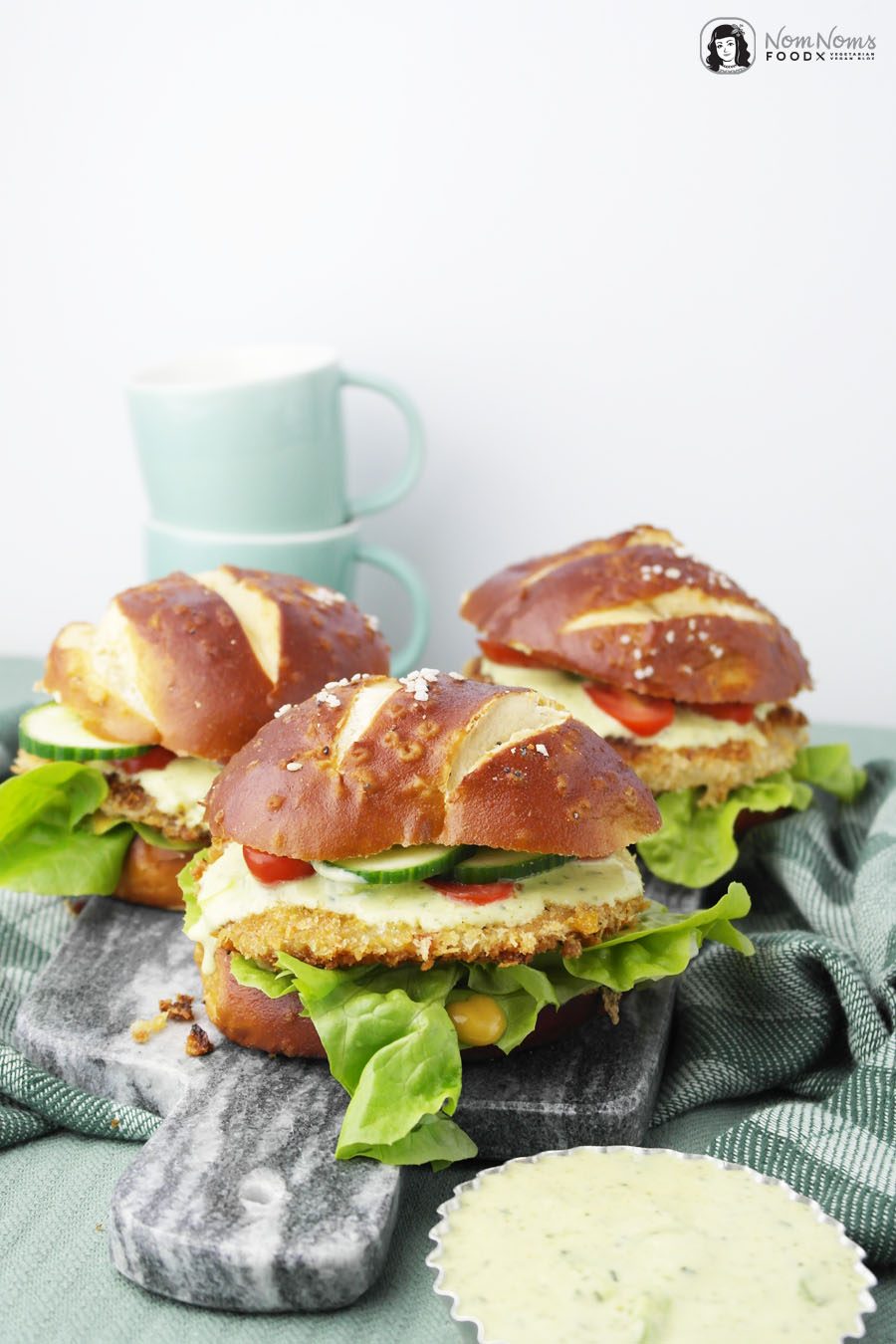 Kohlrabi-Schnitzel Burger-Brötchen mit Kräuter-Lauchzwiebel-Soße
