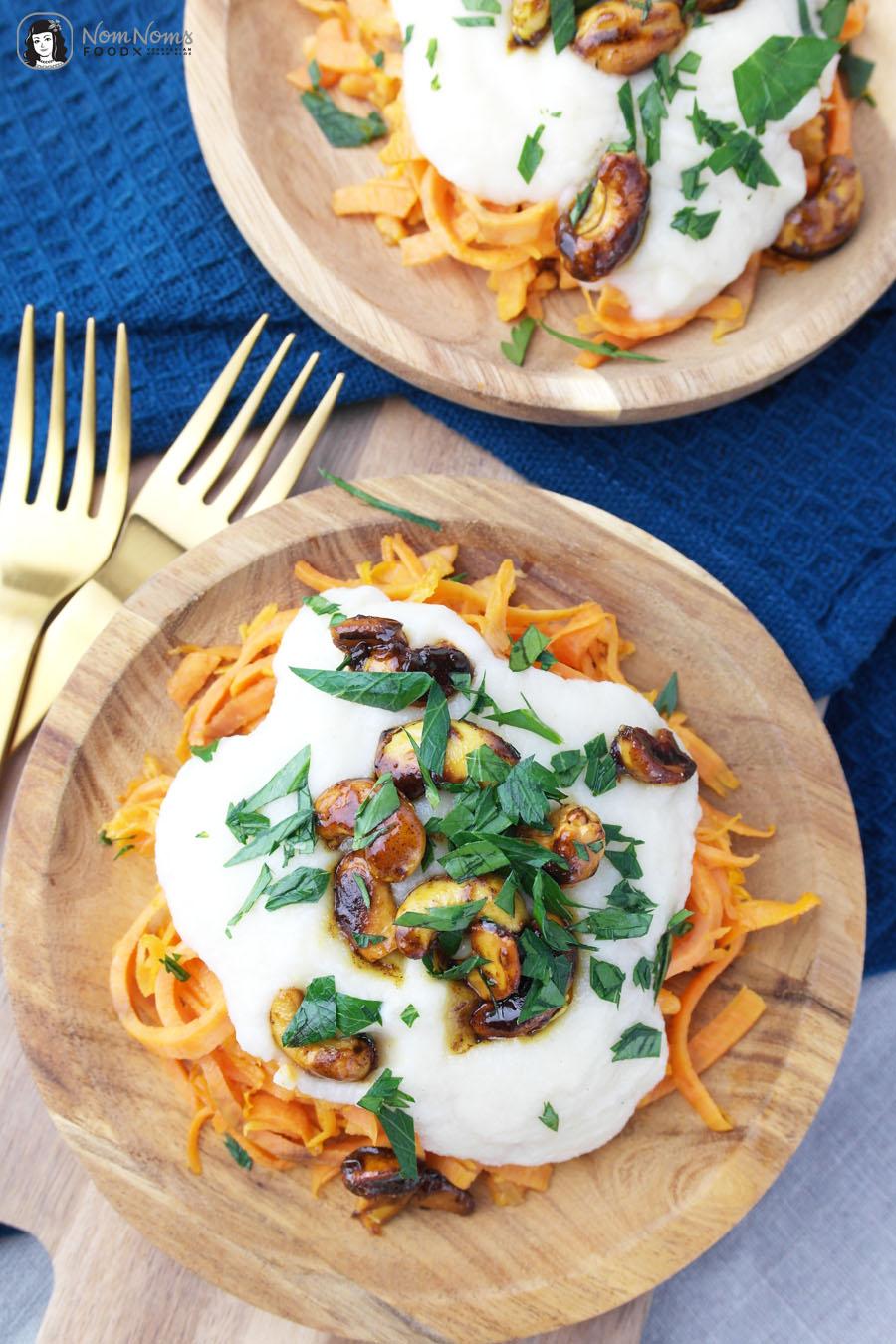 Süßkartoffel-Spaghetti mit Blumenkohl-Käse-Sauce und karamellisierten Curry-Cashews