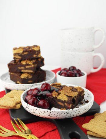 Spekulatius-Brownies mit Glühwein-Kirschen