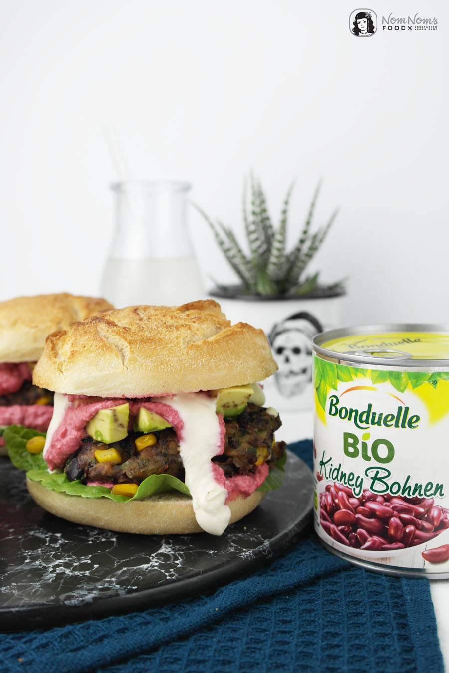 Vegetarischer Burger mit Mais-Bohnen-Patty und Rote-Bete-Feta-Soße