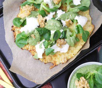 Low Carb Blumenkohl-Pizza mit Feldsalat-Pesto und Burrata