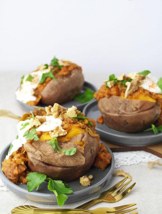 Gebackene Ofen-Süßkartoffel-Kumpir mit würziger Linsen-Füllung
