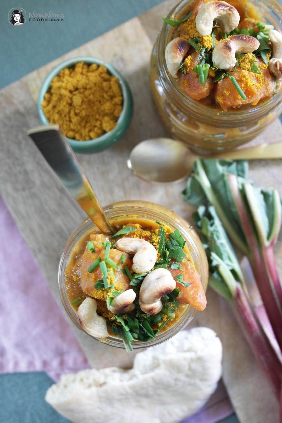 Veganes Rhabarber-Curry mit Süßkartoffel und Cashews