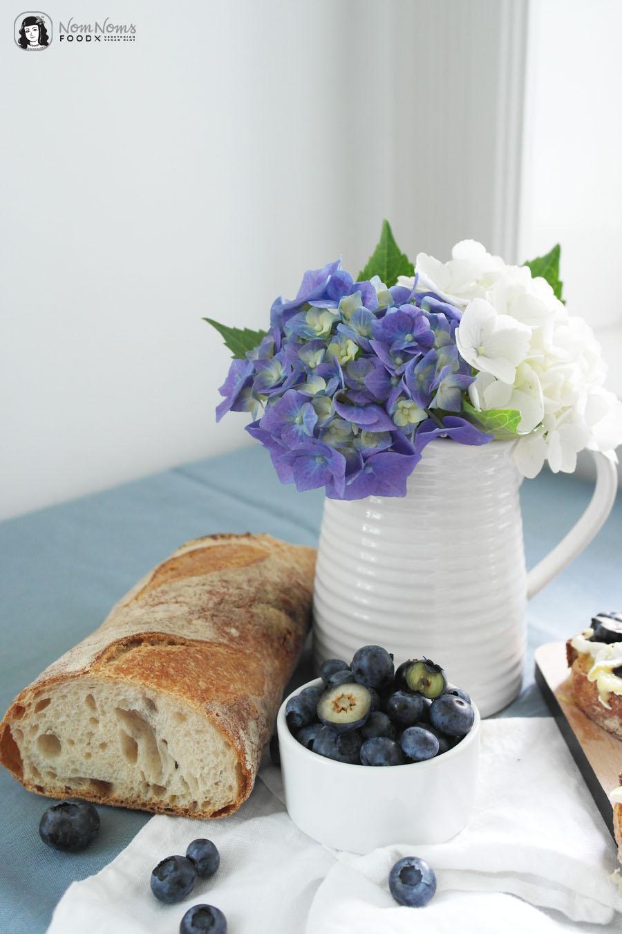 Crostini mit Camembert, Blaubeeren und fruchtigem Blaubeer-Balsamico-Essig