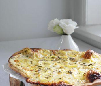 Weiße Pizza Bianca Panna mit Kartoffelscheiben, Mozzarella und Rosmarin