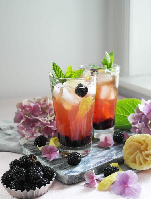 Fruchtig-beerige alkoholfreie Brombeer-Eistee-Bowle