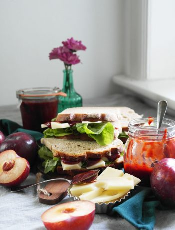 Bemme (ostdeutsch für Stulle oder Butterbrot) mit Käse und herzhaftem Pflaumen-Ketchup