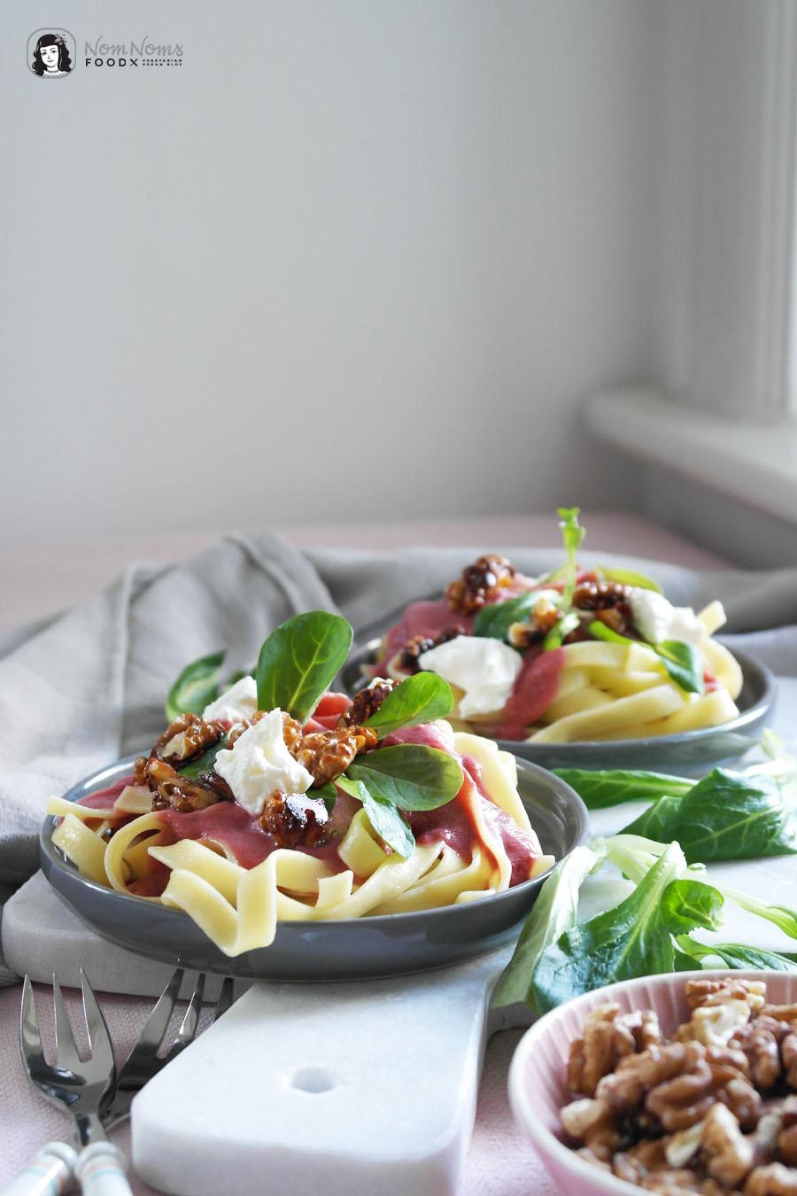 Pasta mit Rote-Bete-Ziegenkäse-Sauce, karamellisierten Walnüssen und Feldsalat