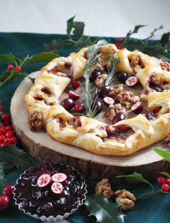 Festlicher Camembert-Blätterteig-Kranz mit Cranberry-Balsamico-Soße und knackigen Walnüssen