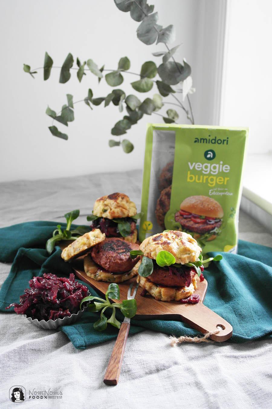 Vegetarischer Winter-Burger mit Rotkohl-Chutney, Feldsalat und Semmelknödel-Brötchen