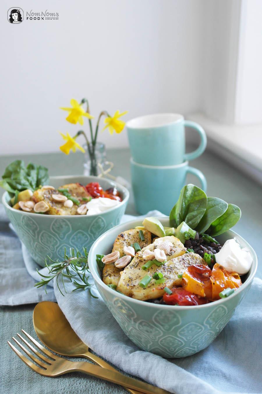 Balsamico-Linsen-Spinat-Bowl mit Ofen-Tomaten, Erdnüssen und gebackenem Halloumi nach Aglio e Olio Art