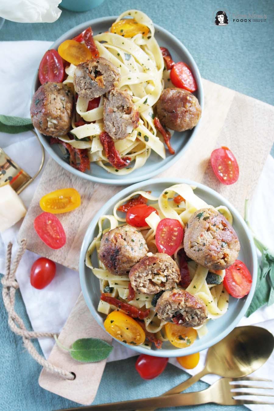 Vegetarische italienisch gefüllte Frikadellen mit Salbei-Basilikum-Tomaten-Pasta
