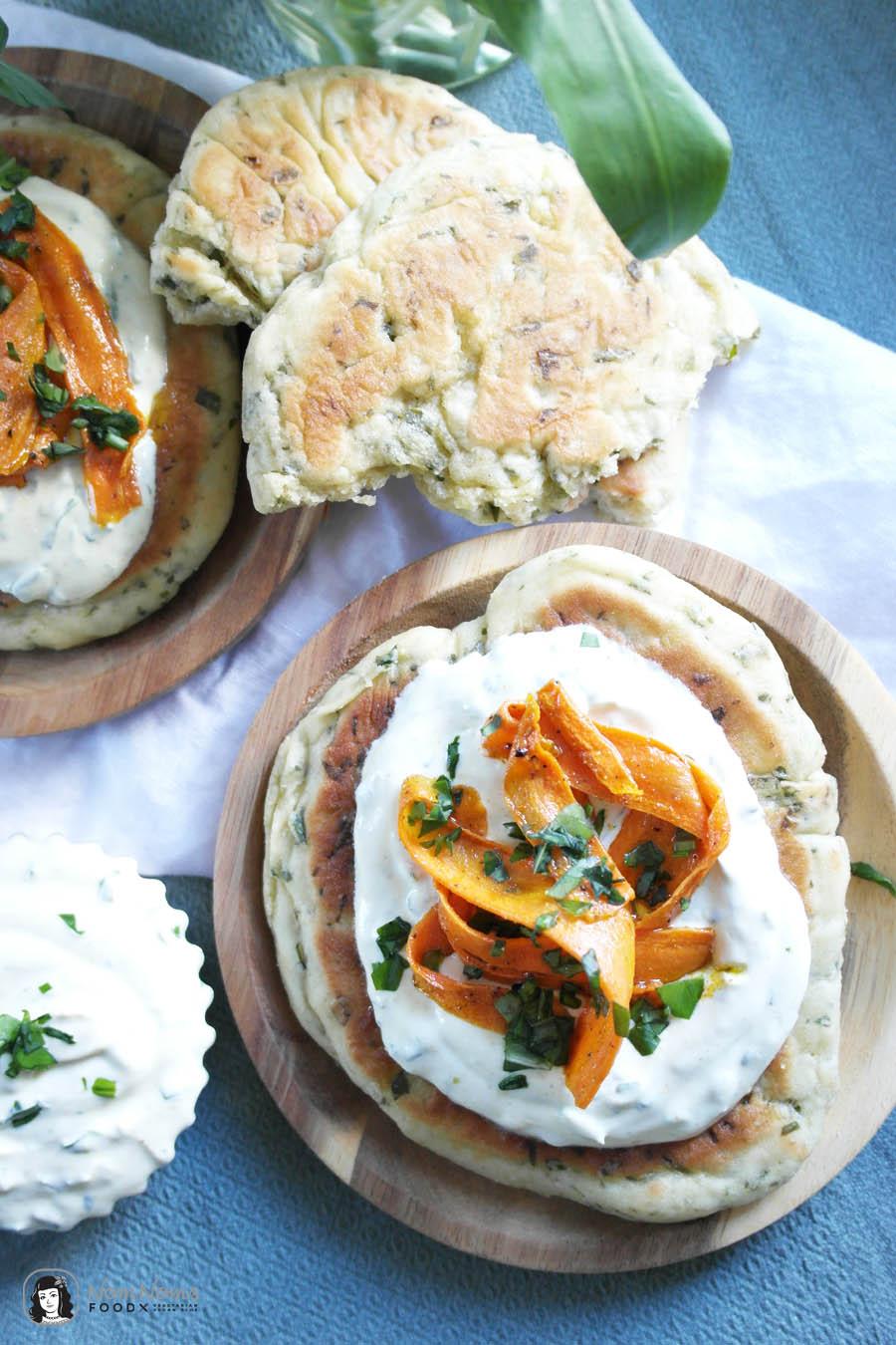 Bärlauch-Pfannen-Pita-Brot mit Bärlauch-Curry-Aufstrich und Curry-Möhren