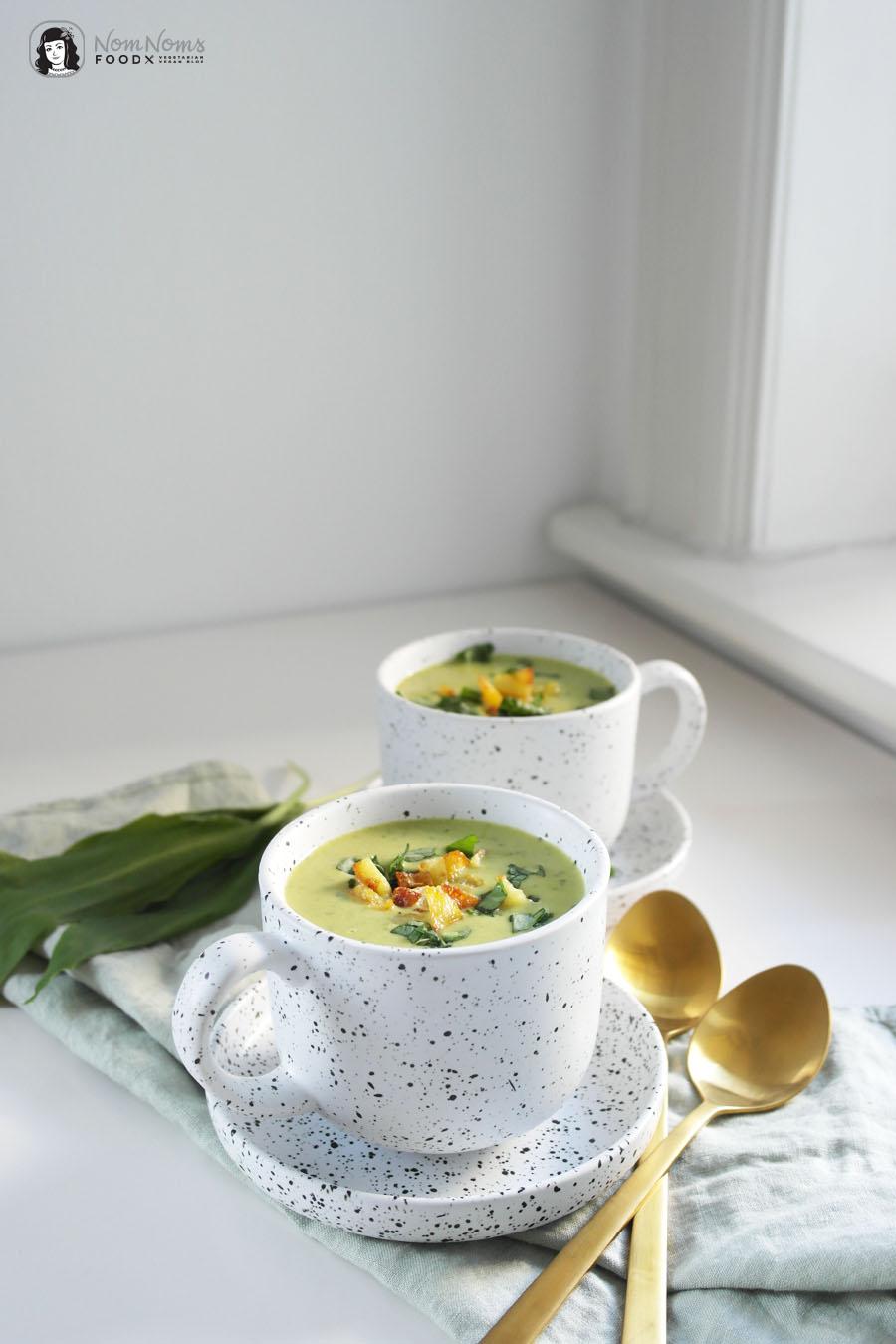 Bärlauch-Erbsen-Suppe mit knusprigen Kartoffel-Würfeln