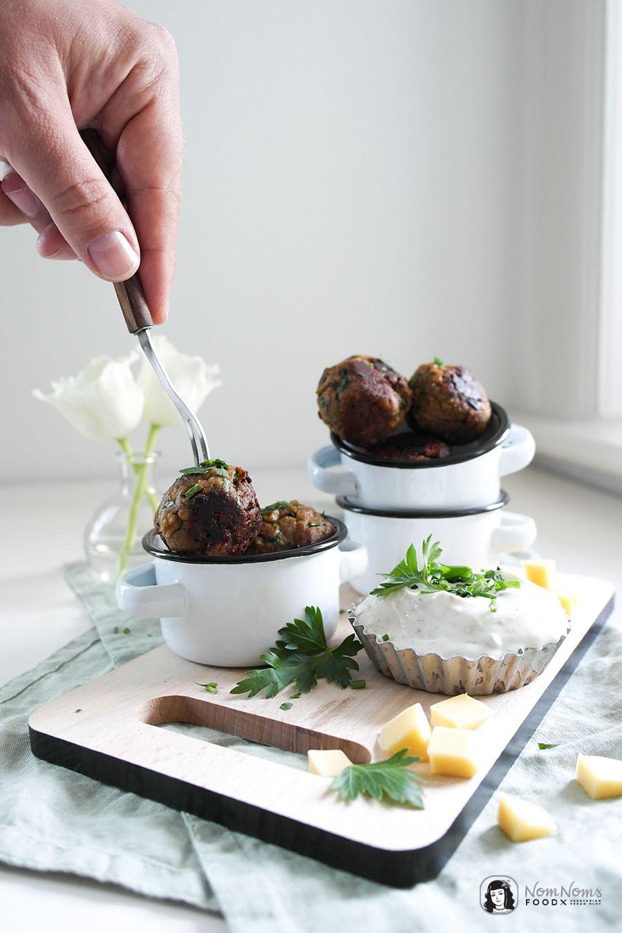 Vegetarische Frühlingskräuter-Käse-Mini-Frikadellen mit frischem Frühlingskräuter-Dip