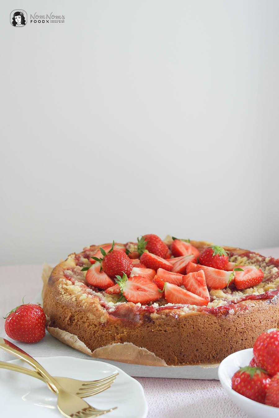 Erdbeer-Rührkuchen mit Käsekuchen-Schicht und Streuseln