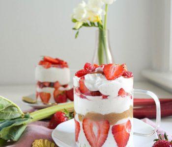 Schnelles cremiges Erdbeer-Rhabarber-Sahne-Quark-Dessert