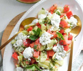 Würziger Wassermelonen-Gurken-Salat mit erfrischendem geeisten Ziegenkäse