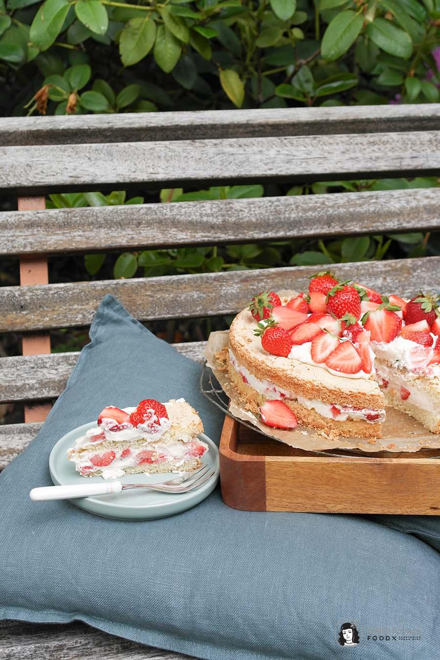 Amarula-Erdbeerkuchen mit Amarula-Erdbeer-Creme und Biskuitboden