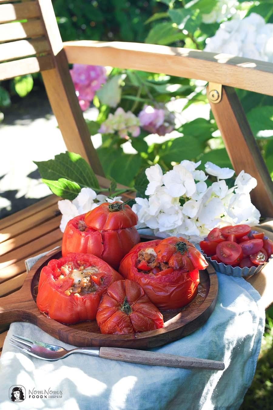 Grill-Tomate mit vegetarischer Hack-Tomaten-Käse-Füllung