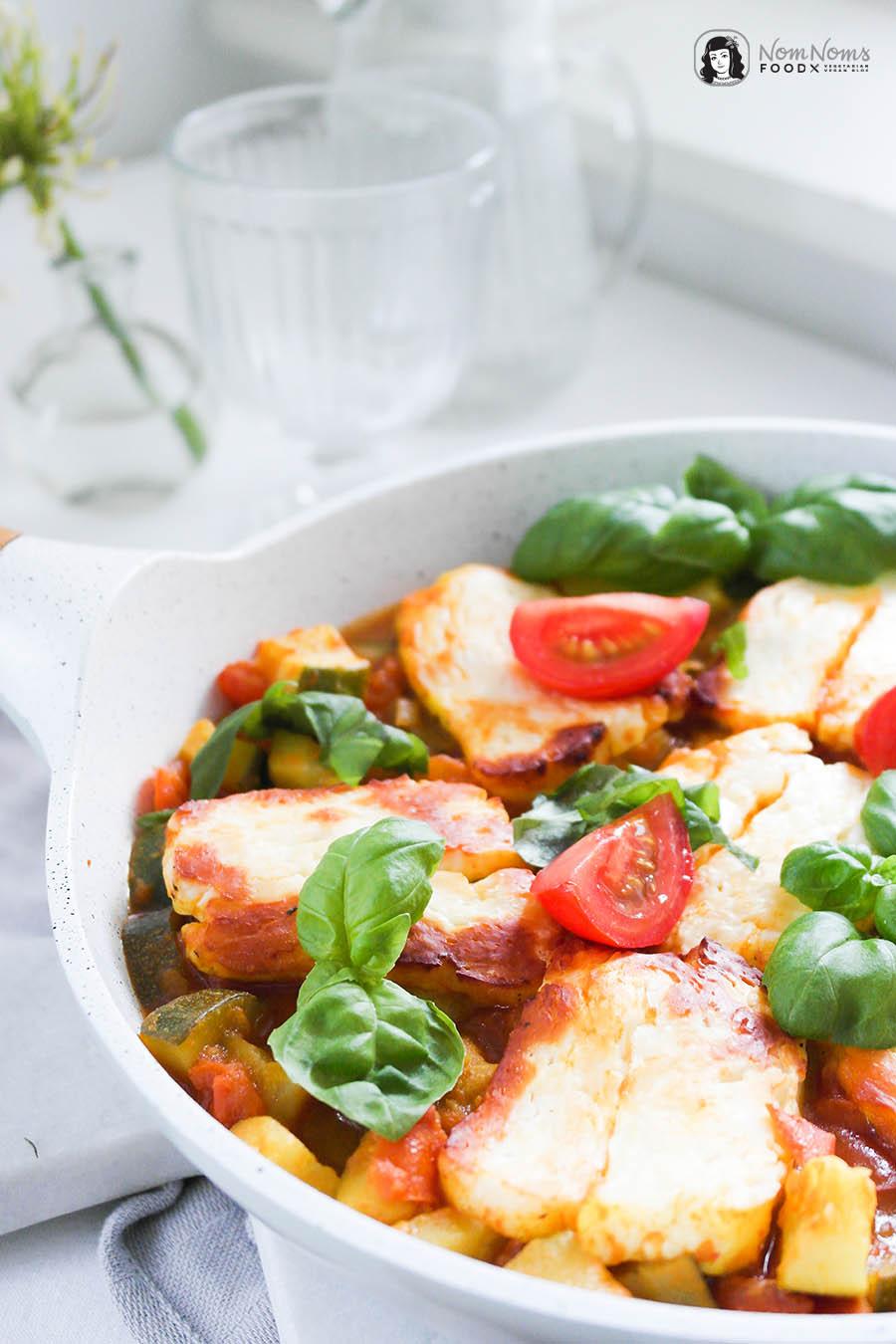 Orientalisch würziges Tomaten-Zucchini-Gemüse mit gebackenem Halloumi