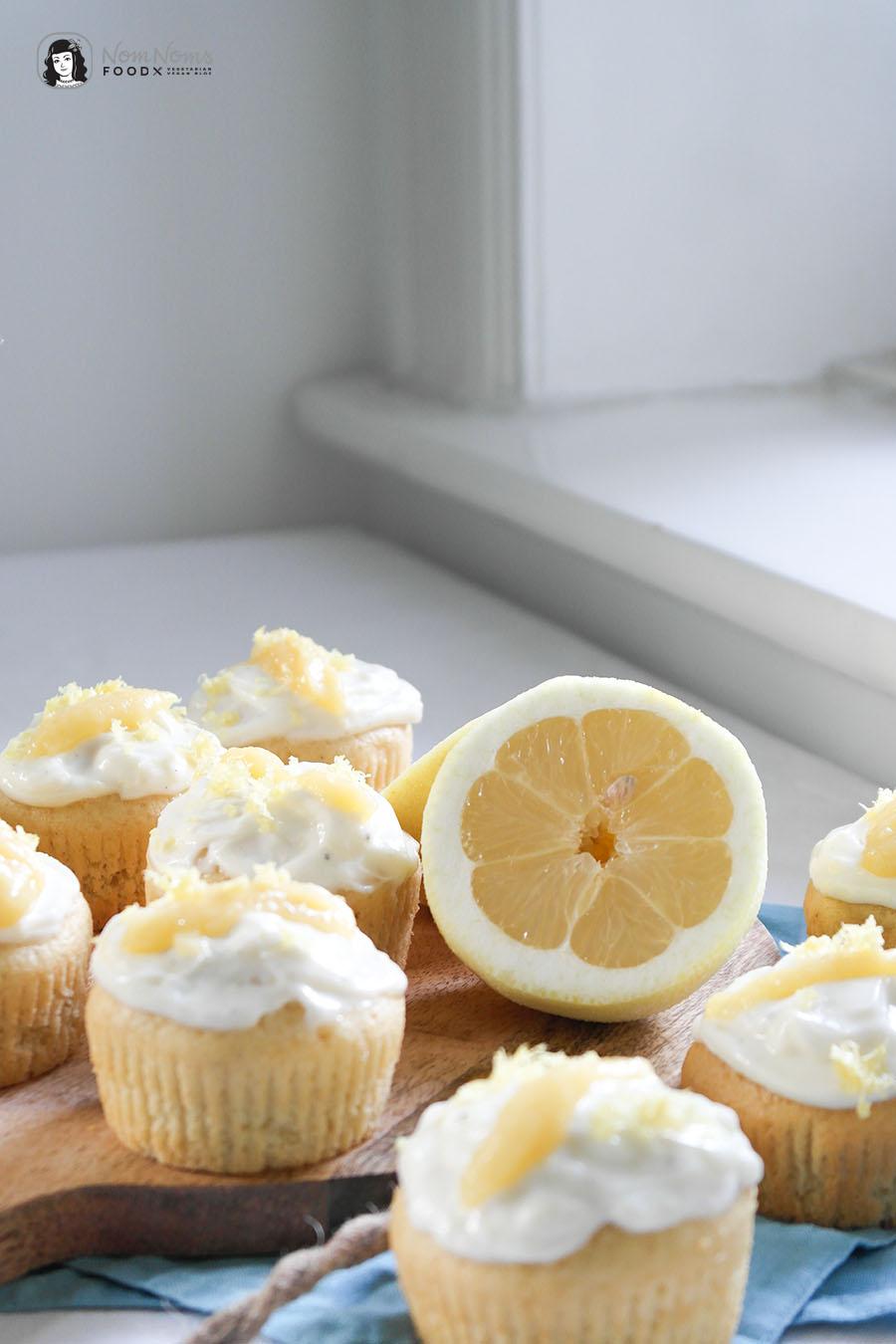 Zitronen-Cupcakes mit Mango-Curd-Füllung und Zitronen-Frischkäse-Frosting