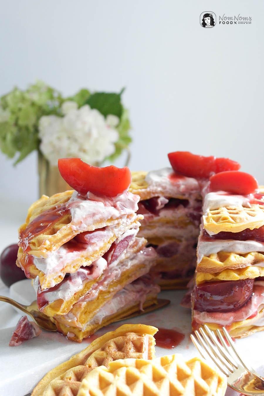 Vegane Kürbis-Waffel-Torte mit veganer Crème fraîche, Zimtcreme und Pflaumen-Kompott