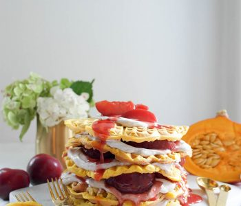 Vegane Crème-fraîche-Kürbis-Waffel-Torte mit Zimtcreme und Pflaumen-Kompott