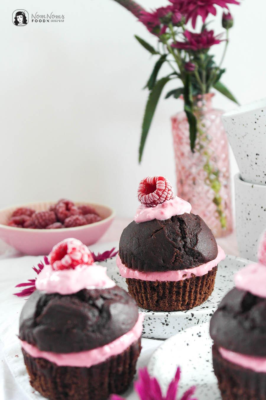 Gesündere und zuckerfreie Schokoladen-Muffins mit Himbeer-Frischkäse-Füllung Welt Diabetes Tag World Diabetes Day Diabetiker Freundlich