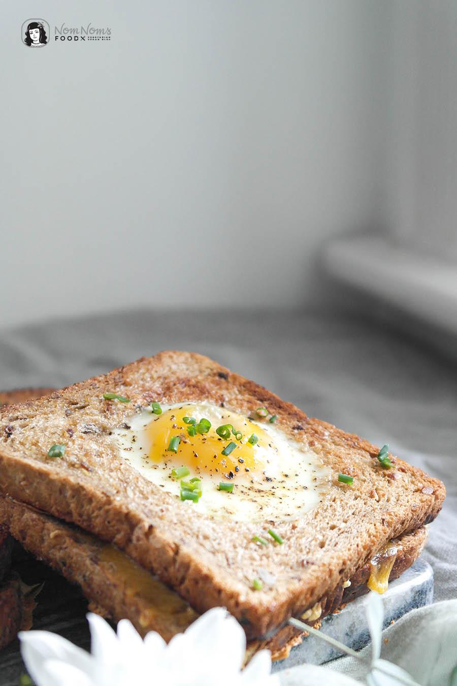Brot-mit-Ei-im-Loch-Sandwich - schnelles gebratenes Brot mit Ei und Käse Fix auf dem Tisch